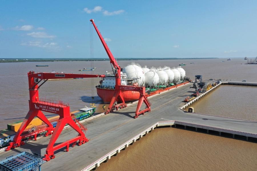 Thủ tướng Nguyễn Xuân Phúc thăm cảng quốc tế Long An và khảo sát nhà máy điện LNG Long An I & II - Ảnh 1.