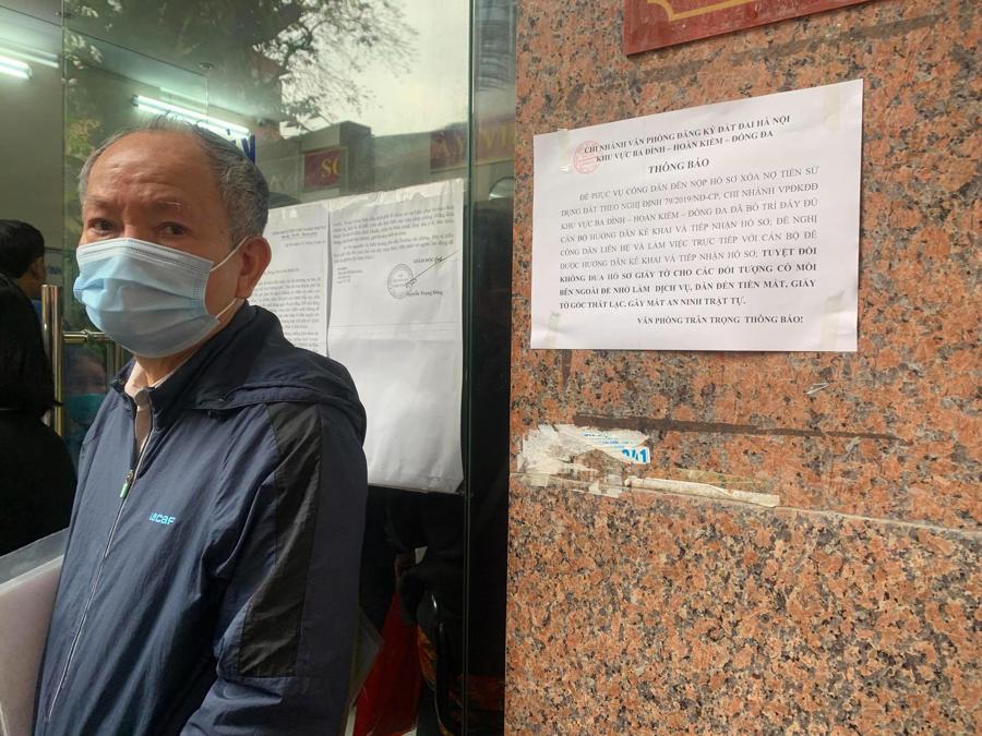 """Chùm ảnh: Người dân thủ đô Hà Nội """"ùn ùn"""" đi trả nợ tiền sử dụng đất trước ngày 1/3 - Ảnh 5."""