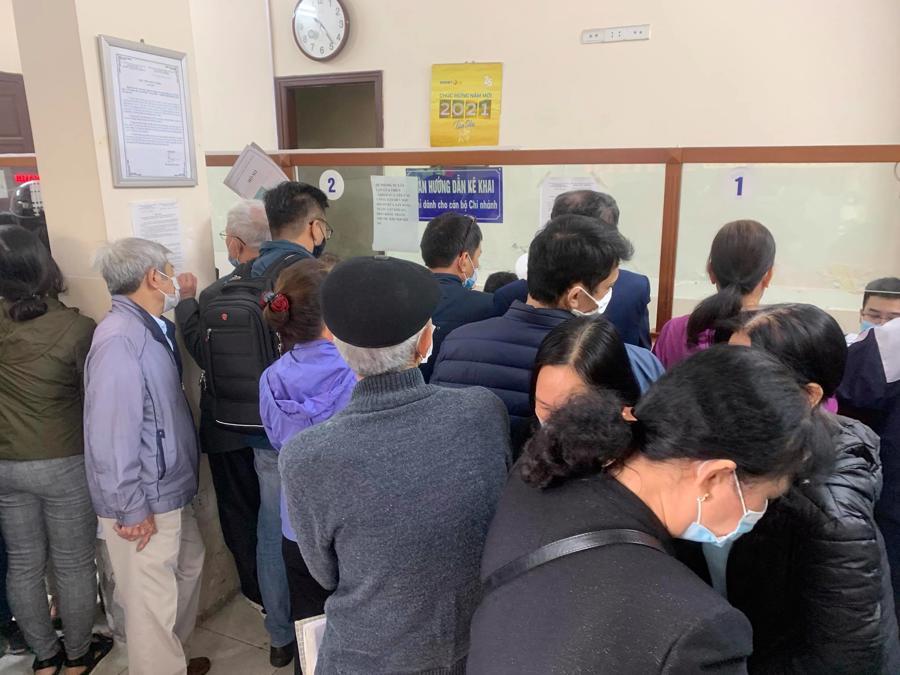 """Chùm ảnh: Người dân thủ đô Hà Nội """"ùn ùn"""" đi trả nợ tiền sử dụng đất trước ngày 1/3 - Ảnh 6."""
