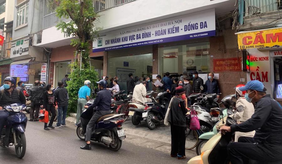 """Chùm ảnh: Người dân thủ đô Hà Nội """"ùn ùn"""" đi trả nợ tiền sử dụng đất trước ngày 1/3 - Ảnh 1."""
