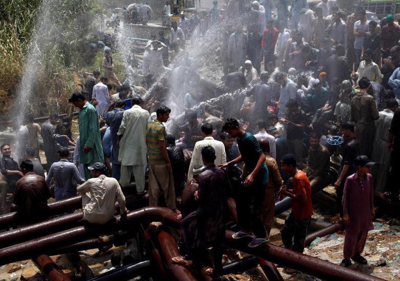 Nắng nóng trên 40 độ C, ít nhất 65 người thiệt mạng ở Pakistan - Ảnh 2.