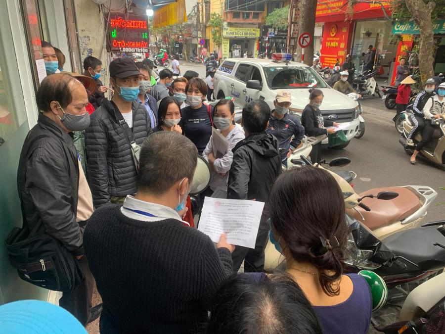 """Chùm ảnh: Người dân thủ đô Hà Nội """"ùn ùn"""" đi trả nợ tiền sử dụng đất trước ngày 1/3 - Ảnh 9."""