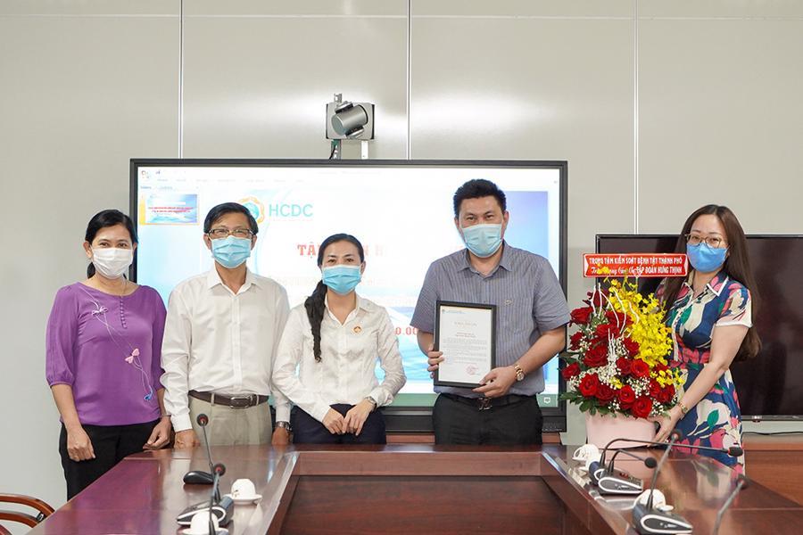 Tập đoàn Hưng Thịnh trao tặng 2 tỷ đồng cho HCDC - Ảnh 1.