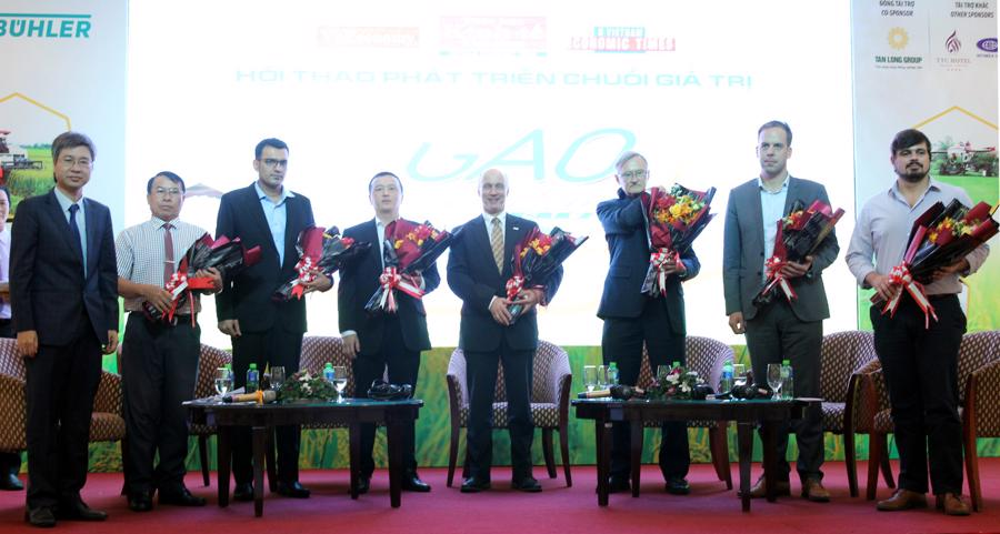Lãnh đạo TBKTVN tặng hoa Diễn giải Phiên thảo luận 2