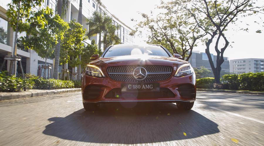 Xe sang Mercedes C 180 AMG mới giá dưới 1,5 tỷ đồng tại Việt Nam - Ảnh 2.
