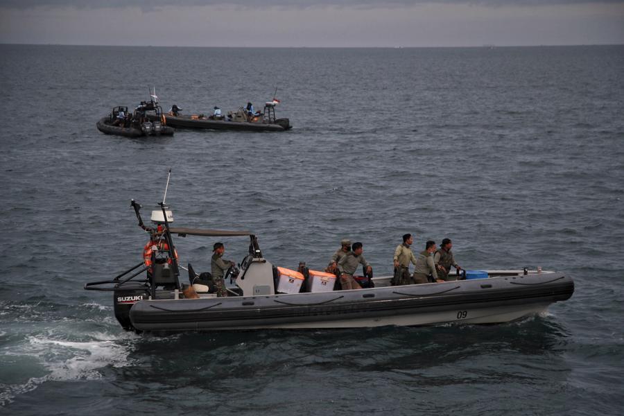 Hiện trường máy bay rơi làm 62 người chết ở Indonesia - Ảnh 8.