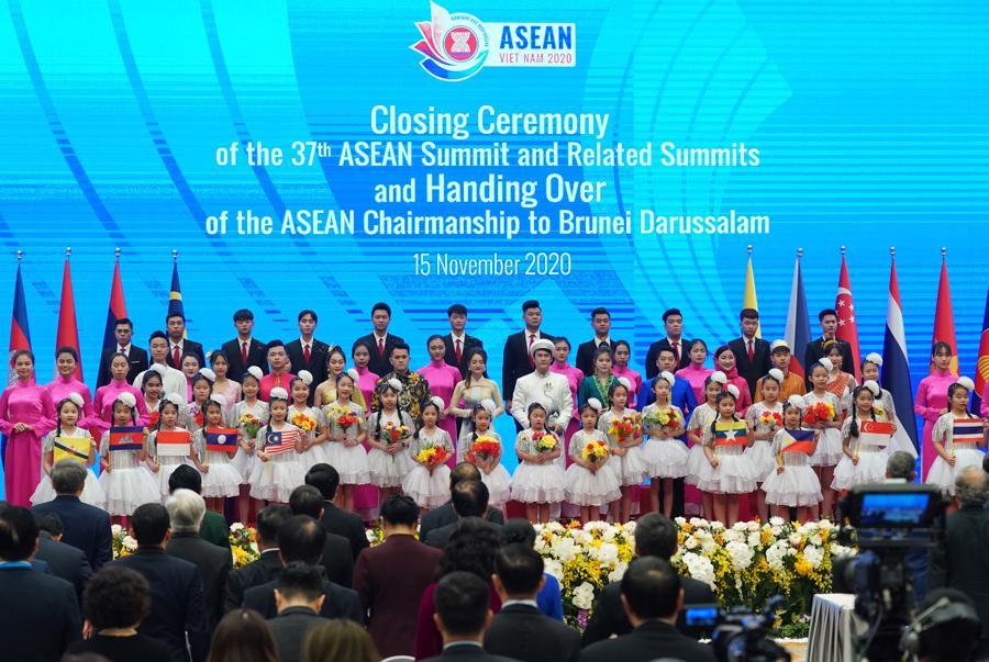 Bế mạc Hội nghị Cấp cao ASEAN 37, chuyển giao vai trò Chủ tịch ASEAN cho Brunei - Ảnh 2.