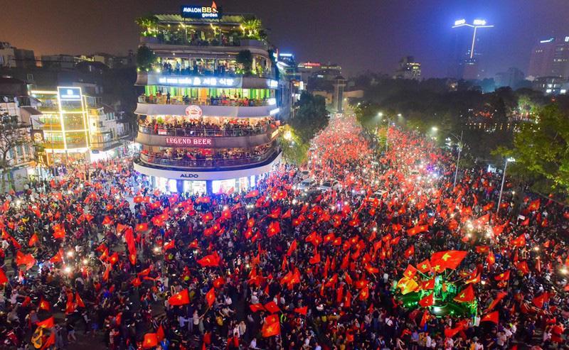 Loạt cờ đỏ, sao vàng rộng chục nghìn m2 rợp cửa ngõ Hà Nội đón U22 vô địch trở về - Ảnh 1.