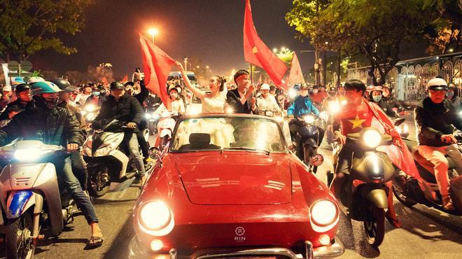 Loạt cờ đỏ, sao vàng rộng chục nghìn m2 rợp cửa ngõ Hà Nội đón U22 vô địch trở về - Ảnh 2.