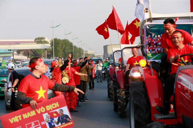Loạt cờ đỏ, sao vàng rộng chục nghìn m2 rợp cửa ngõ Hà Nội đón U22 vô địch trở về - Ảnh 3.