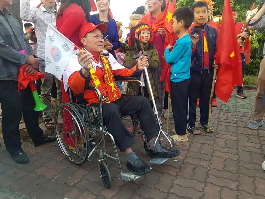Loạt cờ đỏ, sao vàng rộng chục nghìn m2 rợp cửa ngõ Hà Nội đón U22 vô địch trở về - Ảnh 5.
