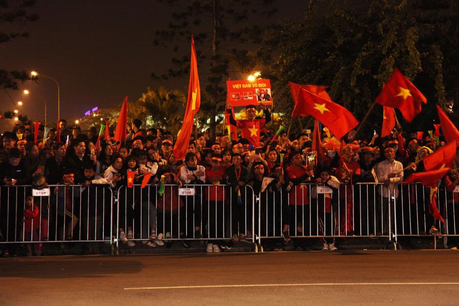 Loạt cờ đỏ, sao vàng rộng chục nghìn m2 rợp cửa ngõ Hà Nội đón U22 vô địch trở về - Ảnh 6.
