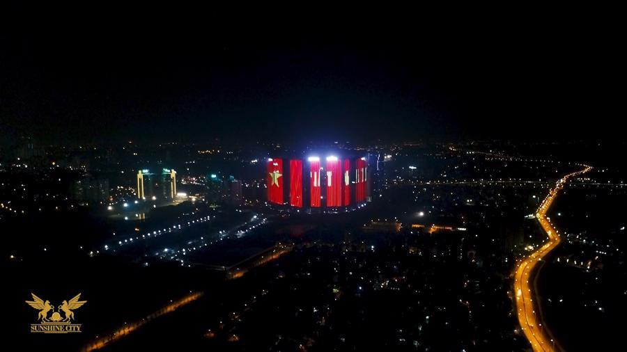Loạt cờ đỏ, sao vàng rộng chục nghìn m2 rợp cửa ngõ Hà Nội đón U22 vô địch trở về - Ảnh 7.