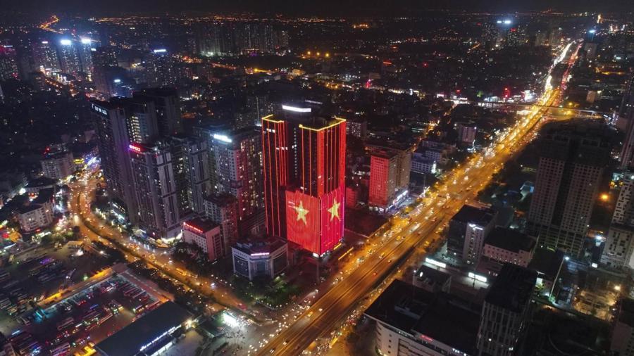 Loạt cờ đỏ, sao vàng rộng chục nghìn m2 rợp cửa ngõ Hà Nội đón U22 vô địch trở về - Ảnh 8.