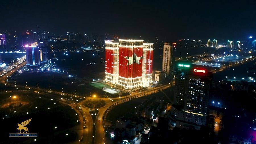 Loạt cờ đỏ, sao vàng rộng chục nghìn m2 rợp cửa ngõ Hà Nội đón U22 vô địch trở về - Ảnh 9.
