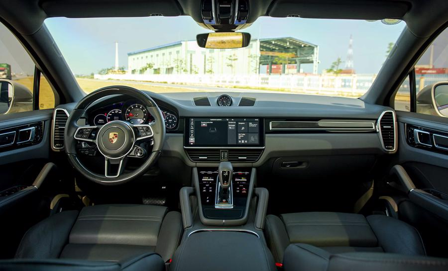 Giao diện khoang nội thất Porsche Cayenne Coupe.