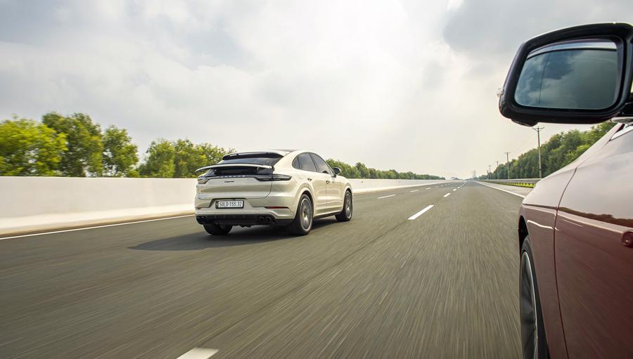 Trở ngại duy nhất với những người tiêu dùng yêu thích Porsche Cayenne Coupe chính là mức giá bán lẻ của bản tiêu chuẩn cũng đã ngang với một căn biệt thự ngoại ô.