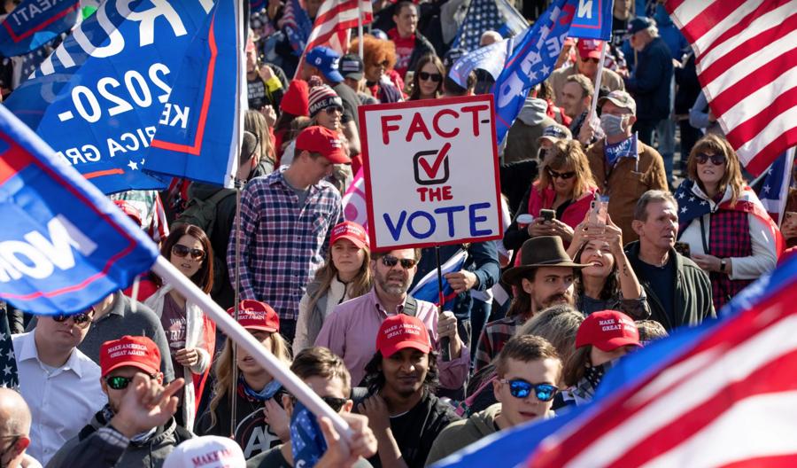 """Hàng nghìn người ủng hộ ông Trump xuống đường biểu tình, đòi """"chấm dứt gian lận bầu cử"""" - Ảnh 6."""