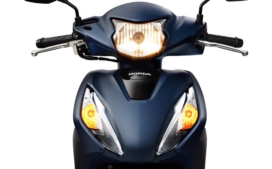 Đèn trước của Vision luôn bật sáng tương tự các mẫu xe tay ga cao cấp.