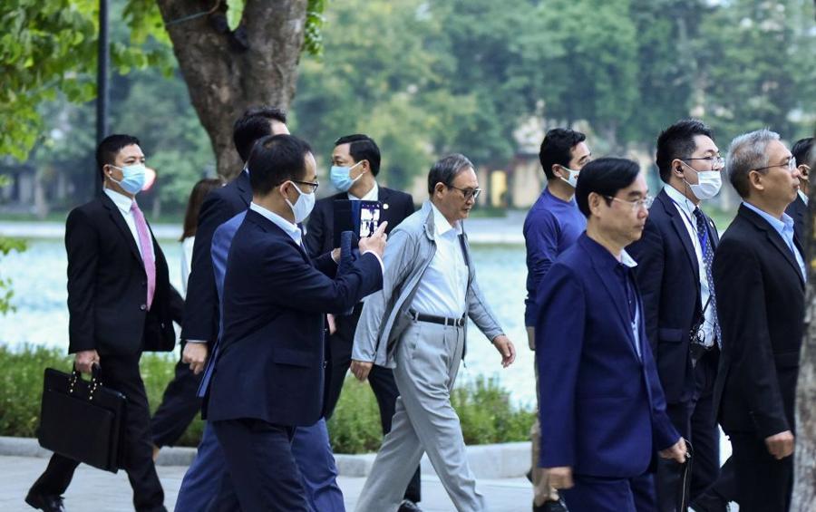 Chùm ảnh Thủ tướng Nhật dạo bộ bờ Hồ Hồ Kiếm - Ảnh 8.