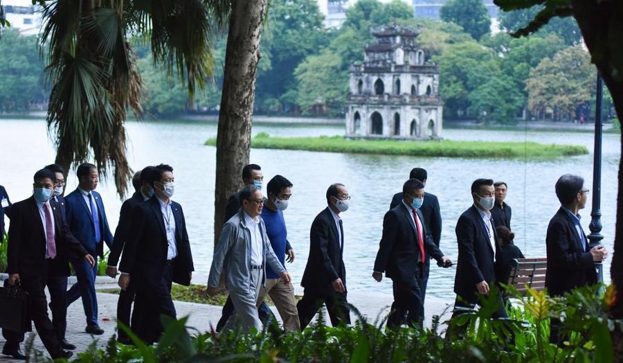 Chùm ảnh Thủ tướng Nhật dạo bộ bờ Hồ Hồ Kiếm - Ảnh 6.