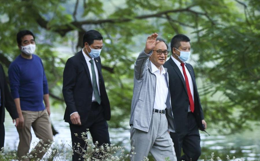 Chùm ảnh Thủ tướng Nhật dạo bộ bờ Hồ Hồ Kiếm - Ảnh 3.