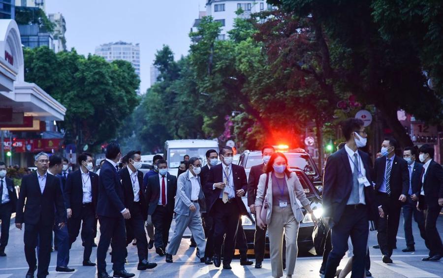 Chùm ảnh Thủ tướng Nhật dạo bộ bờ Hồ Hồ Kiếm - Ảnh 1.