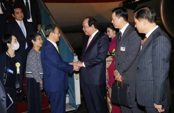 Thủ tướng Nhật Bản Suga Yoshihide và Phu nhân bắt đầu thăm chính thức Việt Nam - Ảnh 1.