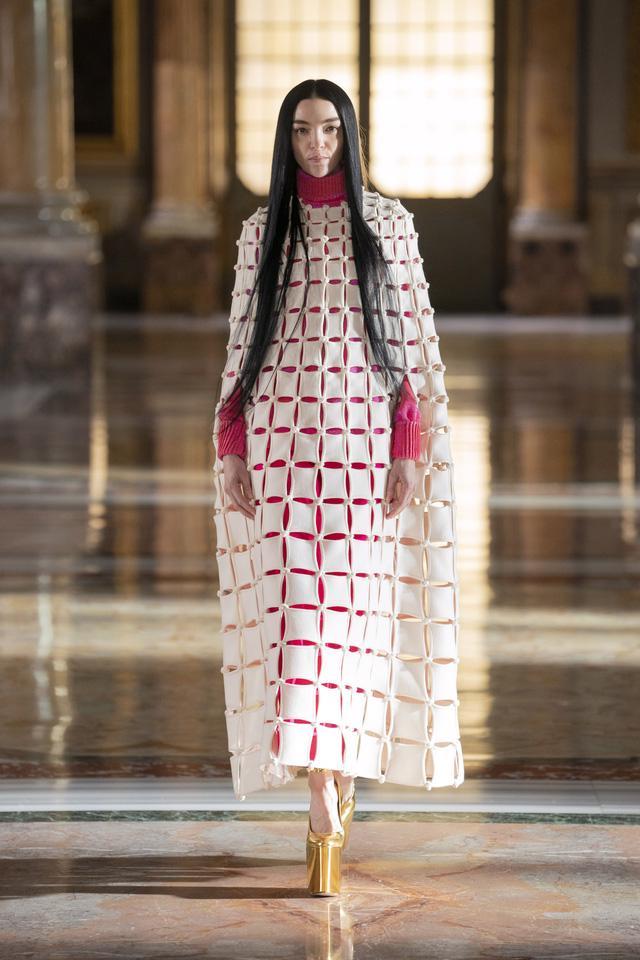 BST Haute Couture 2021 của Valentino: lần đầu tiên có trang phục cho nam giới - Ảnh 7.