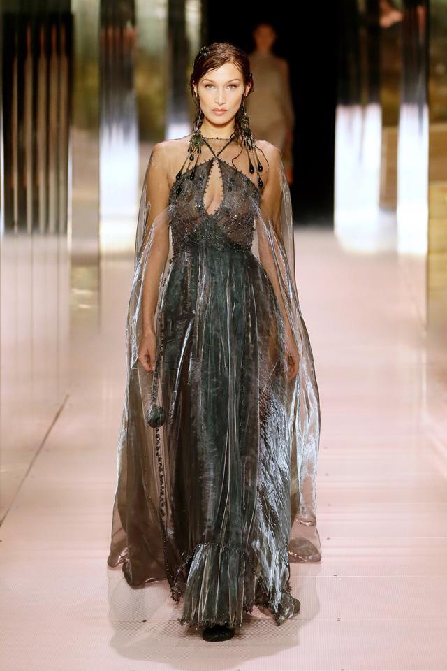 BST Haute Couture Xuân Hè 2021 của Fendi: những nữ thần cổ điển - Ảnh 4.