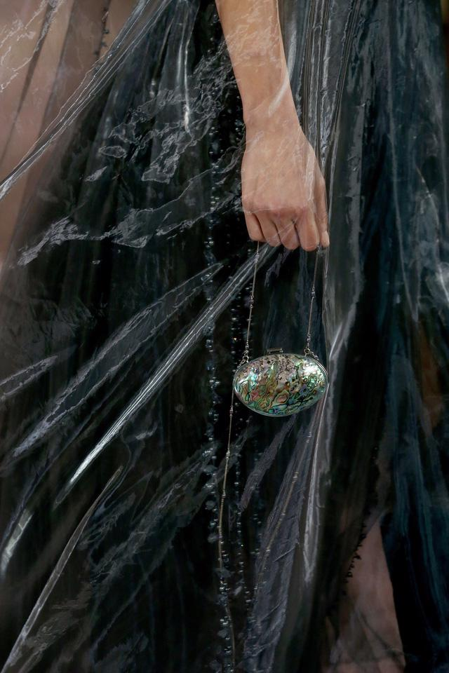 BST Haute Couture Xuân Hè 2021 của Fendi: những nữ thần cổ điển - Ảnh 12.