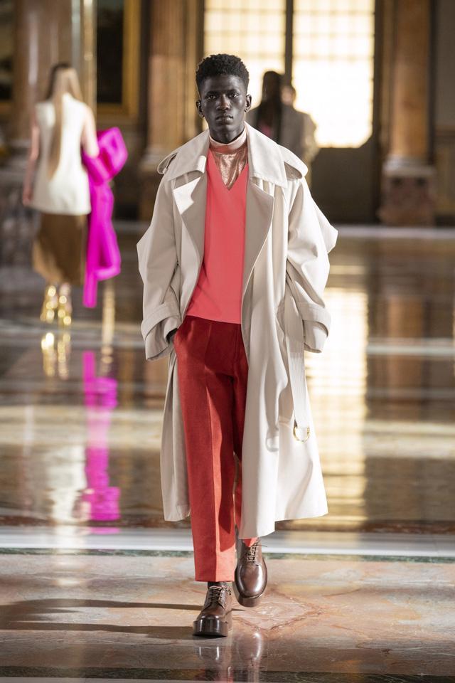 BST Haute Couture 2021 của Valentino: lần đầu tiên có trang phục cho nam giới - Ảnh 15.