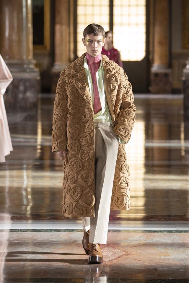 BST Haute Couture 2021 của Valentino: lần đầu tiên có trang phục cho nam giới - Ảnh 14.