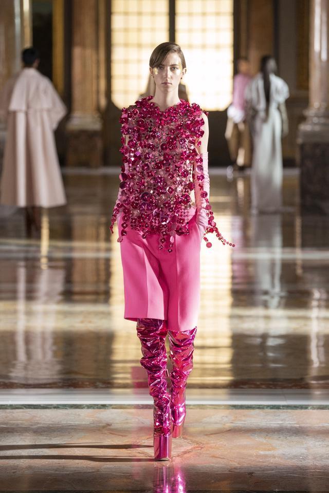 BST Haute Couture 2021 của Valentino: lần đầu tiên có trang phục cho nam giới - Ảnh 5.