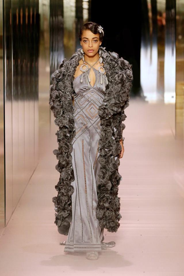 BST Haute Couture Xuân Hè 2021 của Fendi: những nữ thần cổ điển - Ảnh 6.