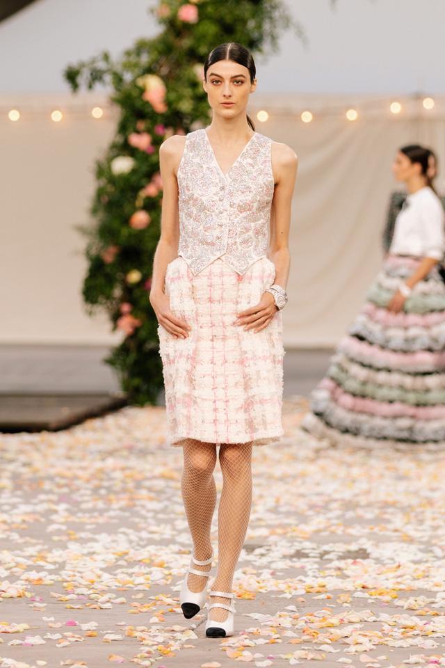 BST Xuân Hè 2021 của Chanel: vẻ thoải mái xa xỉ của thời kỳ giãn cách - Ảnh 7.