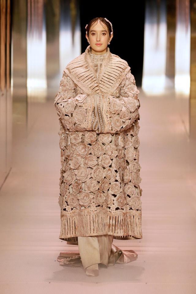 BST Haute Couture Xuân Hè 2021 của Fendi: những nữ thần cổ điển - Ảnh 7.
