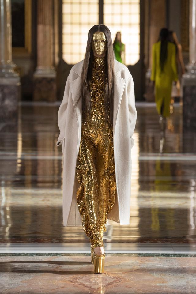 BST Haute Couture 2021 của Valentino: lần đầu tiên có trang phục cho nam giới - Ảnh 3.