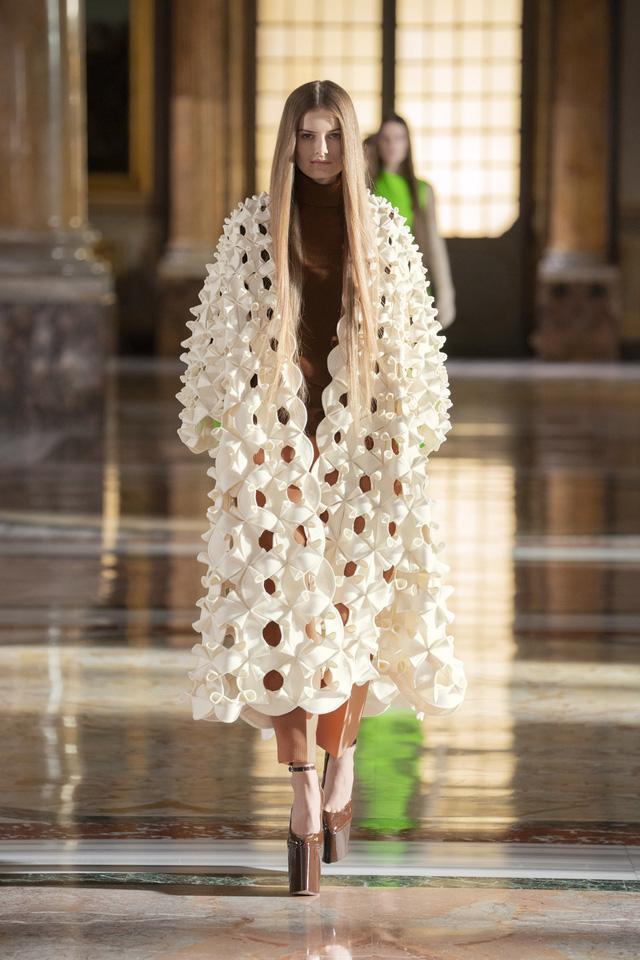 BST Haute Couture 2021 của Valentino: lần đầu tiên có trang phục cho nam giới - Ảnh 2.