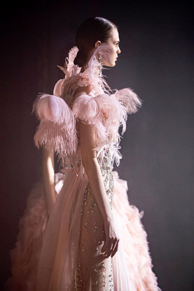 BST Haute Couture Xuân Hè của Elie Saab: nhà hát của giấc mơ - Ảnh 14.