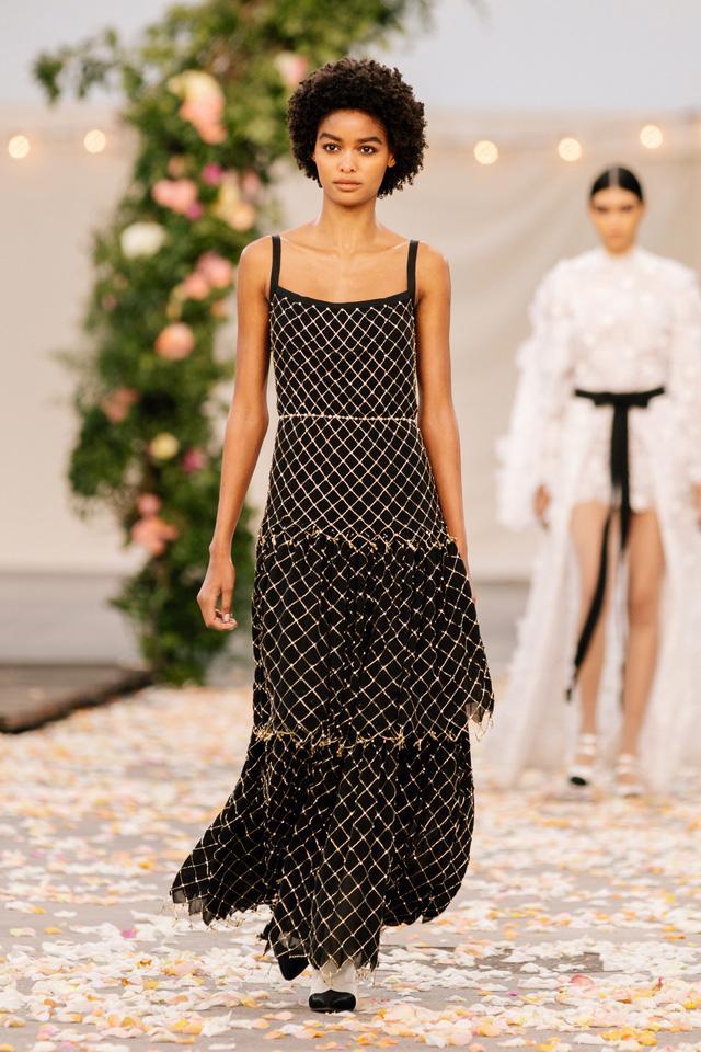 BST Xuân Hè 2021 của Chanel: vẻ thoải mái xa xỉ của thời kỳ giãn cách - Ảnh 10.