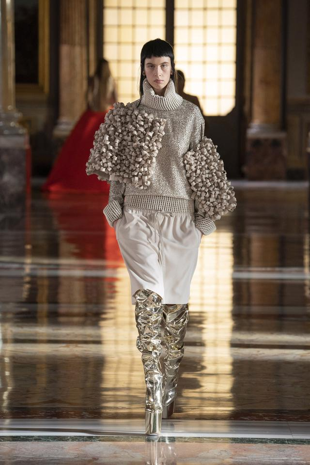 BST Haute Couture 2021 của Valentino: lần đầu tiên có trang phục cho nam giới - Ảnh 9.