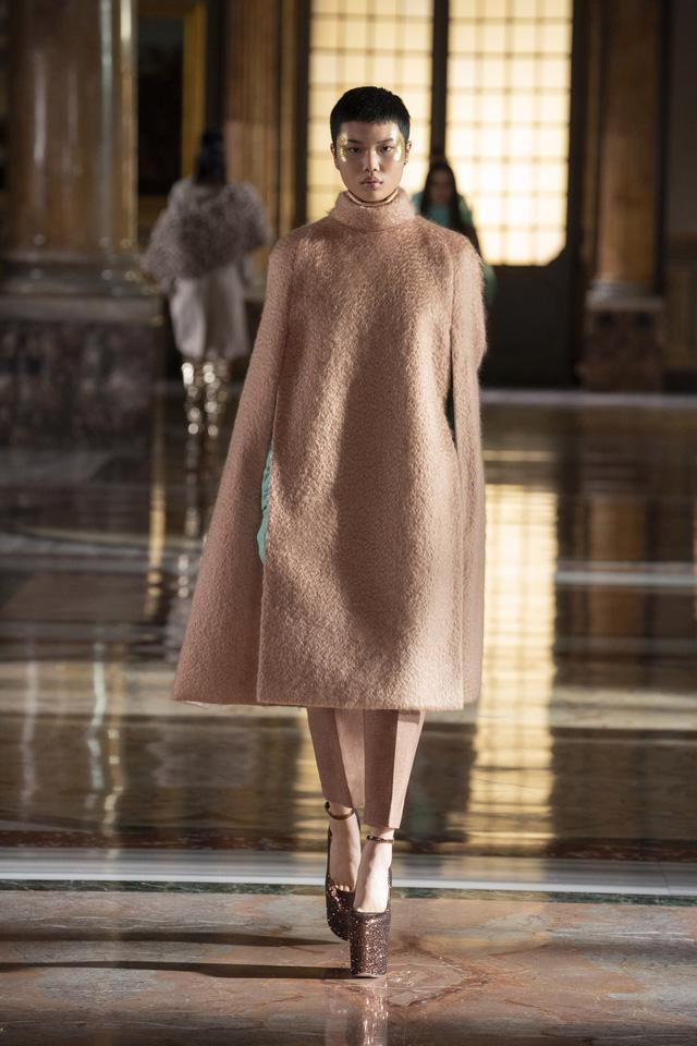 BST Haute Couture 2021 của Valentino: lần đầu tiên có trang phục cho nam giới - Ảnh 8.