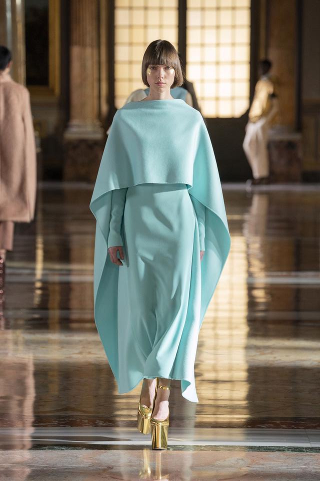 BST Haute Couture 2021 của Valentino: lần đầu tiên có trang phục cho nam giới - Ảnh 6.