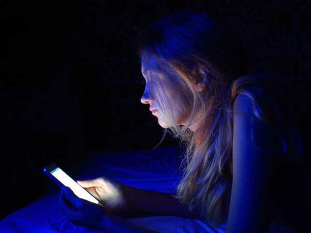 Cảnh báo nguy cơ từ đèn LED đối với sức khỏe - Ảnh 2.