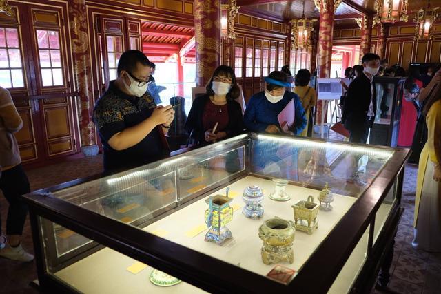 Tới lầu Ngũ Phụng ngắm cổ vật thời hoàng đế Minh Mạng - Ảnh 1.