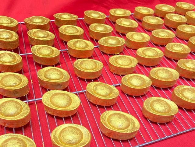 Ngày vía thần tại: ngoài vàng còn có nhiều hàng hóa ăn theo - Ảnh 1.