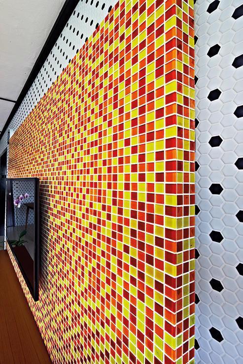 Căn hộ sắc màu với gạch mosaic trong nội thất - Ảnh 3.