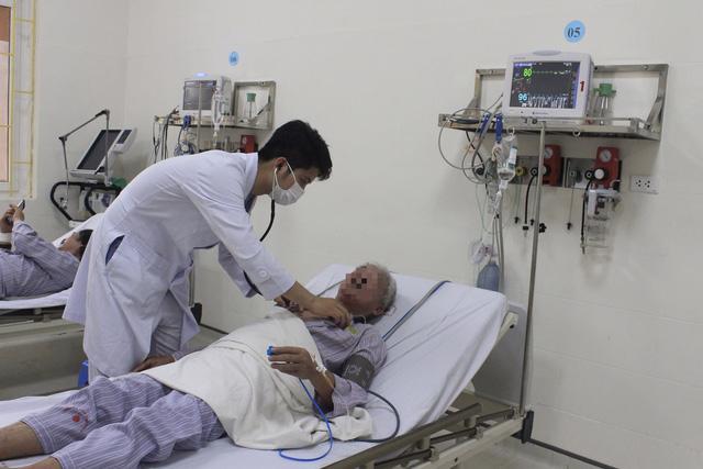 Trắng đêm cấp cứu 4 bệnh nhân đột quỵ - Ảnh 1.