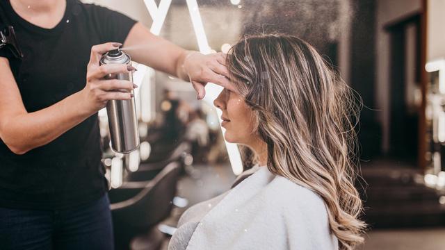 Tại sao bạn không nên dùng quá nhiều keo xịt tóc? - Ảnh 1.